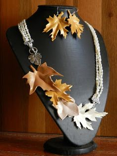 Love the use of polymer clay leaves in this necklace and earring set. Ninfa Dauna: Alta moda