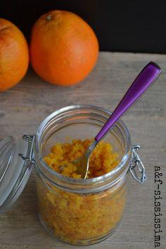 pasta di arancia -2 arance bio -zucchero semolato pari peso delle bucce di arance Sbucciare le arance eliminando del tutto la parte bianca Lasciare le scorze in ammollo in acqua per 2 giorni, cambiando l'acqua 2 volte al giorno. Quindi scolarle, asciugarle e tritarle finissime Pesarle e agg. pari peso di zucchero mettere tutto in un tegame e far cuocere a fuoco basso per 20-30 m. girando continuamente. Far raffreddare e mettere in un contenitore.