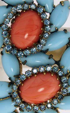 Hattie Carnegie - Broche et Boucles d'Oreilles - Perles Bleu, Strass et Corail Imitation - Vintage