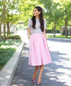 17 Gorgeous Midi Skirt Outfits That You Will Absolutely Adore - Top Inspirations Pink Midi Skirt, Midi Skirt Outfit, Skirt Outfits, Dress Skirt, Dress Up, Midi Skirts, Jean Skirts, Denim Skirts, Long Skirts