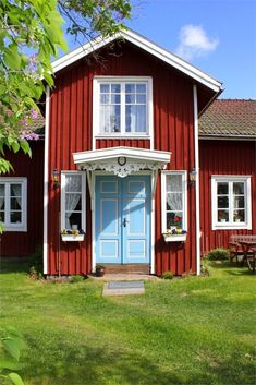 I like the red house/mint door combo idea! Swedish Cottage, Cute Cottage, Red Cottage, Swedish House, Café Exterior, Cottage Exterior, Red Houses, Little Houses, Country House Interior