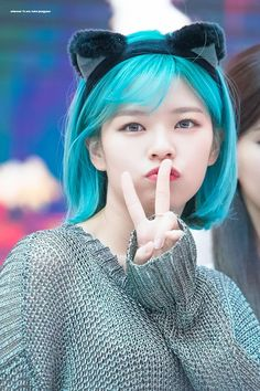 TWICE's Jeongyeon with bright blue hair is simply so breathtaking that we had to put together this list of 60 pictures. Suwon, Nayeon, Kpop Girl Groups, Korean Girl Groups, Kpop Girls, Twice Jungyeon, Twice Kpop, Bright Blue Hair, Divas