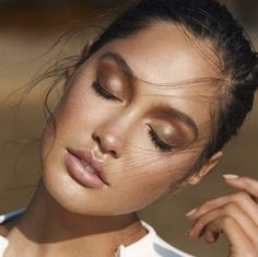 Super pretty bronzed natural looking makeup! Love the idea to bronze up the eyelids! Use a cream bronzer like Vapour Organics Solar in Spicy for a deep beautiful bronze!