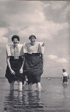 Uit het boekje 'Nederland' van Kees Scherer uit 1960 p115: Spakenburgse Vrouwen Is deze niet al bekend?