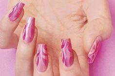 Una delle tendenze più fotografate a #Cosmoprof Bologna 2015: non più disegni a mano libera ma scie lasciate sullo sfondo dal passaggio del pennello #nailart a cura di Sara Colleoni per KB School #summer #nail #polish #pink
