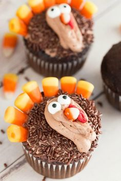 Here is an Easy Turkey Cupcakes Recipe for Thanksgiving! This fun Thanksgiving Dessert Recipe for Kids is perfect for Fall Parties, Class Parties, or Gifts!