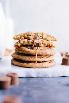 Soft and chewy caramel snickerdoodles. The famous cinnamon sugar cookies you know and love, but with a melty caramel center. Rolo Cookies, Caramel Cookies, Oatmeal Chocolate Chip Cookies, Yummy Cookies, Coconut Oil Chocolate, Chocolate Macadamia Nuts, Delicious Cookie Recipes, Dessert Recipes, Desserts