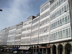 """Galeries Marine Leurs maisons de verre où la mer se répercutent lumières forment un ensemble architectural spectaculaire qui est peut-être l'image la plus commune et a donné Corogne surnommé """"City of Glass""""."""