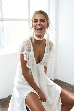 It's simple and understated, but somehow this wedding choker is the perfect finishing touch to this bridal look. It is easy to recreate with a simple satin ribbon, or ask your dress designer to use some spare fabric to make a matching necklace- it could be that straightforward!