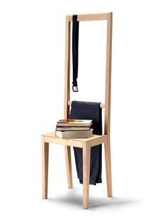 Le #sedie vengono usate in molti altri modi oltre che per sedersi: allora perché non crearne una fatta appositamente per ulteriori impieghi? Alfred di Covo è perfetta ovunque, nell'ingresso, nella camera da letto e nella cabina armadio accogliendo agevolmente qualsiasi oggetto