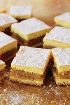 O placinta delicioasa si foarte frageda, care se topeste in gura Ingrediente: Foi: 170 g unt 150 g zahar 5 galbenusuri 100 ml lapte 700 g faina 15 g praf de copt Umplutura: 2 kg mere 100 g zahar 50 g unt 1 lingurita scortisoara Zeama de lamaie tava 22×32 Mod de preparare: Foi: … Romanian Desserts, Romanian Food, Fall Cakes, Desert Recipes, Brunch Recipes, Easy Desserts, I Foods, Sweet Treats, Good Food