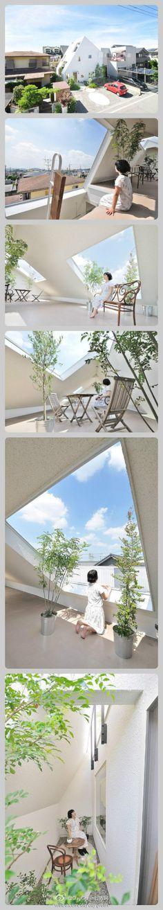 [Diseño] en Japón, un diseño residencial, la construcción de 3 capas, se puede ver las montañas, pero la corta distancia de la vivienda residencial en torno a lo que las ventanas no abren privacidad.  Los arquitectos a considerar la forma de crear una sensación de amplitud en un espacio tan estrecho.  Finalmente, el diseño de unas grandes techos inclinados por medio de tres pisos, techos inclinados de grandes aberturas traer la luz natural y el aire, hay un tramo de paisaje verde y frondoso.