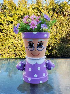 Flower Pot Art, Clay Flower Pots, Flower Pot Crafts, Flower Planters, Clay Pot Projects, Clay Pot Crafts, Shell Crafts, Flower Pot People, Clay Pot People