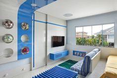 No projeto de arquiteta Leila Dionizios, o setor de TV e leitura do quarto possui mais um armário e um nicho, que acomodam livros e DVDs