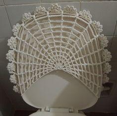 A pedido da aluna Vera fiz esse tapete. Ela vai fazer um jogo de banheiro com esse modelo.  A mega flor é criação da Medlene Uchôa (da Fi...