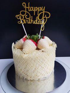 Pentru ca astazi blogul Lorelley inaugureaza un frumos an de la infiintare am hotarat sa va indulcesc cu un tort mai special cu ciocolata. Usor de facut si atat de delicios incat cu greu vei rezist…