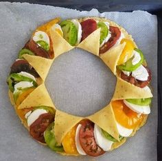 Discover a tomato pie recipe presented in a crown or sun pie style pies pies recipes aux pommes salees soleil Veggie Recipes, Vegetarian Recipes, Cooking Recipes, Healthy Recipes, Kreative Snacks, Tomate Mozzarella, Tomato Pie, No Cook Meals, Summer Recipes
