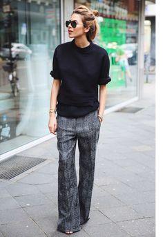 Un pantalon flare avec un pull à manches retroussées pour un look chic et décontracté