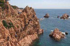 ESCALADA | La Via Ferrada de Sant Feliu de Guíxols és l'única d'Europa arran de mar. L'accés és lliure, però cal anar equipat. El recorregut està dividit en dues etapes, de dificultat fàcil i mitjana. Són pràcticament 500 metres de recorregut d'ascens i descens, entre penya-segats de roca viva i a una altura mitjana d'uns 10 metres sobre les onades.
