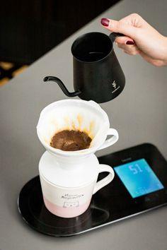 Kaffee für den Morgenmuffel mit der Hario V60 · Berliner Speisemeisterei V60 Coffee, Coffee Maker, Kitchen Appliances, Tableware, Food, Ground Coffee, Pour Over Coffee, Light In The Dark, Eten
