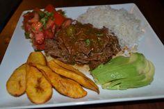 Ropa vieja es un plato de comida cubana que tiene sus orígenes en las Islas Canarias, España. La Ropa Vieja llego a la isla de Cuba junto con los inmigrantes canarios que debido a lo