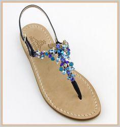 Sandali Grotta Azzurra Modello infradito con listini in pelle capretto color blu. Con l'alternarsi delle pietre opache con quelle strass sembra di tuffarsi  nelle profondità del mare. Il blu e le sue sfumature rendono questo sandalo raffinato.