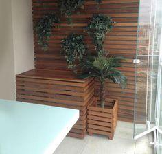 Aire acondicionado tapado por madera y plantas