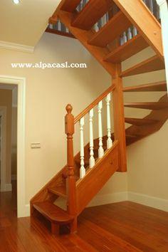 Escalera completa de madera y balaustres torneados, lacados en color blanco.  http://www.alpacasl.com/
