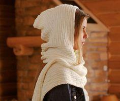 Dieser Kapuzenschal Scoodie genannt, ist ein echter Klassiker untder den beliebtesten Woll-Accessoires. Sie sind sehr praktisch, wandlungsfähig und trendy.