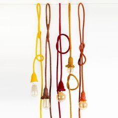 Pendente de Crochê, feito à mão, diversas cores, com um designe único e criativo. Romântico para ficar no quarto, ao lado da cama ou da poltrona de leitura, moderno e conceitual para ficar na sala. Ele vai mudar a sua decoração.  * não acompanha lâmpada