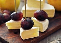 Fresh fruits like grapes or pears and Brie cheese are a perfect snack for yours - Rezepte - Snacks Für Party, Appetizers For Party, Bacon Appetizers, Appetizer Recipes, Fingers Food, Party Food Platters, Appetisers, Creative Food, Clean Eating Snacks