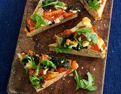Deep pan pizza med friske tomater, spinat og feta - Hjerteforeningen