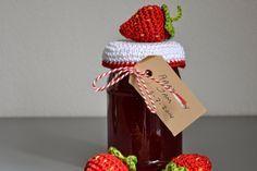 Juffrouw Ooievaar: Strawberry on a jar of strawberry jam Crochet Apple, Crochet Fruit, Crochet Flowers, Mason Jar Cozy, Mason Jars, Crochet Gifts, Diy Crochet, Crochet Jar Covers, Strawberry Farm