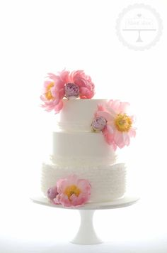 Love how the flowers decorated this all white cake.