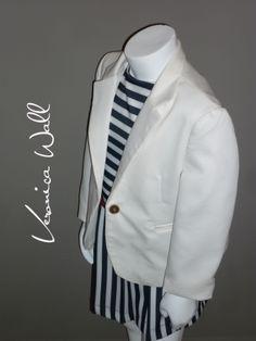 blazer perla con vestido marinero,contraste en lineas y cinturón rojo