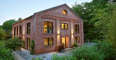 The newly built family house at the gates of Hamburg blends in perfectly with the surroundings and g Loft, Modern Buildings, Architecture Design, Brick, Sweet Home, Cottage, Construction, Exterior, House Design