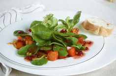 Zum knackigen Salat mit gebratenem Kürbis gibt's heute mal ein ganz besonderes Dressing, mit fruchtigen Preiselbeeren wird's der Hit!