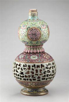 Gourde double à décor ajouré Ancienne collection Ernest Grandidier. Décor…