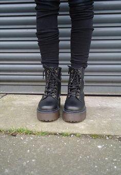 All black badass Grunge Style, Soft Grunge, Grunge Outfits, Mode Outfits, Black Outfit Grunge, Grunge Shoes, Dress Outfits, Galaxy Converse, Black Platform Boots