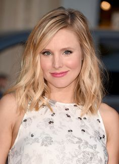 Kristen Bell glows with perfectly placed highlighter and a subtle pink lip. // #Beauty #RedCarpet