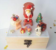 DECORATION DE NOEL  Calendrier de l'Avent en porcelaine froide Le Père Noël prépare ses cadeaux modelé à la main par Creaconcept  http://www.alittlemarket.com/boutique/creaconcept-899765.html