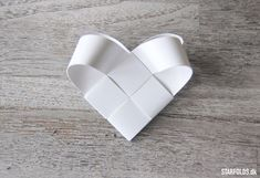 Here you will find the best DIY projects with hearts folded and / or braided in paper . - The Home Decor Trends Christmas Hearts, Christmas Paper, Christmas Balls, Christmas Origami, Handmade Christmas Decorations, Handmade Ornaments, Paper Crafts Origami, Diy Paper, Friend Crafts