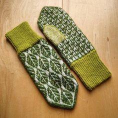 Lövvantar /leaf mittens by Elin Åkelius, Växjö (dela dina vanttar! Mittens Pattern, Knitted Gloves, Fair Isle Knitting Patterns, Yarn Projects, Knitting Projects, Crochet Doilies, Knit Crochet, Tejidos, Baby Shoes