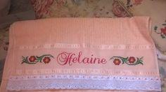 Toalha de banho com o nome Helaine e barras de flores.