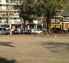 El hombre corre en el parque un día soleado, sin que el calor lo detenga.