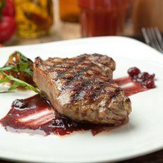 Стейк из говядины с красным соусом