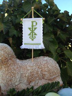 Ein, im traditionellen Design, mit Kreuzstich besticktes Fähnchen für das Osterlamm.  Farbe: moosgrün