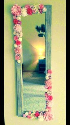 Decoración de espejo usando flores de papel