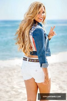 Demi Lovato w/ blonde hair! She looks great Cabelo Demi Lovato, Demi Lovato Hair Color, Selena Gomez, Divas, Blonde Wavy Hair, Woman Crush, Disney Channel, Pretty Little Liars, Belle Photo