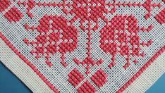 Tableta de X-small exellently hecho vintage de los años 1950 a mano punto de Cruz bordado / mantel witht flor patrón en cerise color rosa.  Excelente estado vintage - una joyería de poco para la mesa!  Tamaño: 6 / pulgadas en la Plaza.